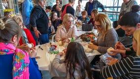 Eskisehir Turkiet - April 08, 2017: Folket som deltar i ett seminarium, kallade Arzu'nun Bebekleri på den NeoPlus mitten i Eskise Royaltyfria Bilder