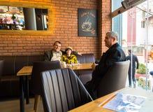 Eskisehir Turkiet - April 15, 2017: Folket som sitter i ett kafé, shoppar Royaltyfri Bild