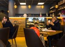 Eskisehir Turkiet - April 15, 2017: Folket som sitter i ett kafé, shoppar Royaltyfria Bilder