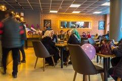 Eskisehir Turkiet - April 15, 2017: Folket som sitter i ett kafé, shoppar Arkivbilder