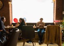 Eskisehir Turkiet - April 15, 2017: Folket som sitter i ett kafé, shoppar Fotografering för Bildbyråer