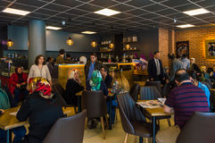Eskisehir Turkiet - April 15, 2017: Folket som sitter i ett kafé, shoppar Royaltyfri Foto