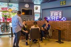 Eskisehir Turkiet - April 15, 2017: Folket som sitter i ett kafé, shoppar Royaltyfri Fotografi