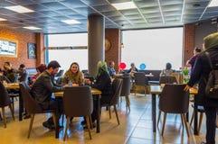 Eskisehir Turkiet - April 15, 2017: Folket som sitter i ett kafé, shoppar Royaltyfria Foton