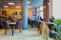 Eskisehir Turkiet - April 15, 2017: Folket som sitter i ett kafé, shoppar Arkivbild