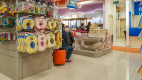 Eskisehir Turkiet - April 08, 2017: Kvinnliga shoppare som söker efter, behandla som ett barn produkter behandla som ett barn in  Arkivbilder