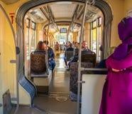Eskisehir Turkiet - April 01, 2017: Passagerare på den Eskisehir spårvägen Arkivbilder