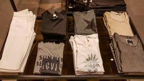 Eskisehir Turkiet - April 18, 2017: Tillfälliga kläder i ett mode shoppar i Eskisehir Arkivbild