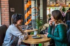 Eskisehir Turkiet - April 15, 2017: Vänner som sitter i kafé, shoppar Royaltyfria Foton