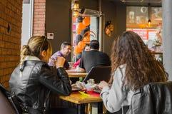 Eskisehir Turkiet - April 15, 2017: Vänner som sitter i kafé, shoppar Fotografering för Bildbyråer