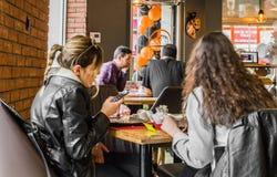 Eskisehir Turkiet - April 15, 2017: Vänner som sitter i kafé, shoppar Arkivbild