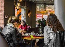 Eskisehir Turkiet - April 15, 2017: Vänner som sitter i kafé, shoppar Arkivbilder