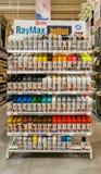 Eskisehir Turkiet - Augusti 16, 2017: Olika färggrafitti kastrerar målarfärgcans som visas på hyllor på den Banio konstruktionsma Arkivbild