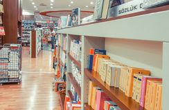 Eskisehir Turkiet - Augusti 11, 2017: Romaner på skärm i D&R bo arkivbild