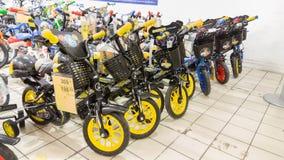 Eskisehir Turkiet - Juni 05, 2017: Barns cyklar för pojkar som visas i en Carrefoursupermarket i Eskisehir, Turkiet Fotografering för Bildbyråer