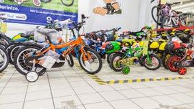 Eskisehir Turkiet - Juni 05, 2017: Barns cyklar för pojkar som visas i en Carrefoursupermarket i Eskisehir, Turkiet Royaltyfri Foto