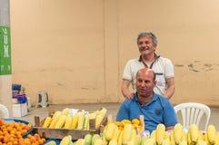 Eskisehir Turkiet - Juni 15, 2017: Folk på den traditionella typiska turkiska livsmedelsbutikbasaren i Eskisehir, Turkiet Royaltyfria Bilder