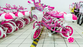 Eskisehir Turkiet - Juni 05, 2017: Rosa barns cyklar för flickor som visas i en Carrefoursupermarket i Eskisehir, Turkiet Fotografering för Bildbyråer