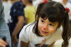 Eskisehir Turkiet - Maj 05, 2017: Förskole- liten flicka med brunt hår som tycker om vara med hennes vänner Royaltyfri Bild