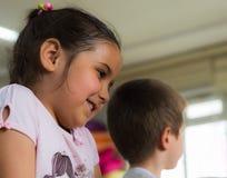 Eskisehir Turkiet - Maj 05, 2017: Förskole- liten flicka med brunt hår som tycker om vara med hennes vänner Royaltyfri Foto