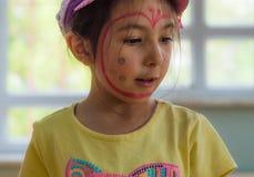 Eskisehir Turkiet - Maj 05, 2017: Förskole- liten flicka med den gula t-skjortan som poserar i klassrum Arkivfoton