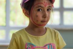 Eskisehir Turkiet - Maj 05, 2017: Förskole- liten flicka med den gula t-skjortan som poserar i klassrum Royaltyfri Fotografi