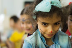 Eskisehir Turkiet - Maj 05, 2017: Förskole- liten flicka som bär det blåa omslaget som tycker om vara med hennes vänner Royaltyfri Bild