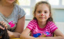 Eskisehir Turkiet - Maj 05, 2017: Förskole- liten flicka som poserar i klassrum med hennes moder Arkivbild