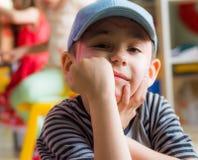 Eskisehir Turkiet - Maj 05, 2017: Förskole- pojke med den blåa hatten som poserar i ett klassrum Arkivfoton