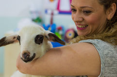 Eskisehir Turkiet - Maj 05, 2017: Le modern som rymmer ett lamm i hennes armar på den djura daghändelsen i dagiset Fotografering för Bildbyråer
