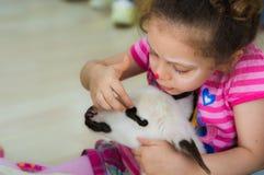 Eskisehir Turkiet - Maj 05, 2017: Söt liten flicka som smeker ett lamm på den djura daghändelsen i dagiset Arkivfoto