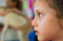 Eskisehir Turkiet - Maj 05, 2017: Stående av lite flickan i klassrum Arkivfoto