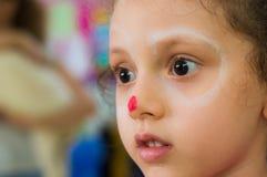 Eskisehir Turkiet - Maj 05, 2017: Stående av lite flickan i klassrum Arkivfoton