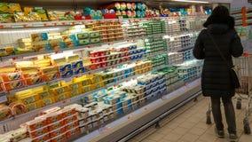 Eskisehir Turkiet - mars 15, 2017: Shopping för ung kvinna i supermarket Arkivfoton