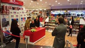 Eskisehir, Turkije - December 4, 2016: Beroemde Turkse journalist die zijn nieuw boek ondertekenen stock footage