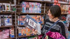 Eskisehir, Turkije - December 31, 2017: Jonge vrouw die aan a kijken Royalty-vrije Stock Afbeelding