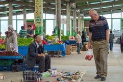 Eskisehir, Turkije - Juni 15, 2017: Mensen bij traditionele typische Turkse kruidenierswinkelbazaar in Eskisehir, Turkije Royalty-vrije Stock Foto