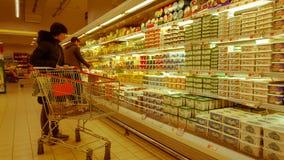 Eskisehir, Turkije - Maart 15, 2017: Jonge vrouw die in supermarkt winkelen Royalty-vrije Stock Fotografie