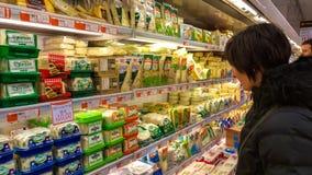 Eskisehir, Turkije - Maart 15, 2017: Jonge vrouw die in supermarkt winkelen Royalty-vrije Stock Foto's