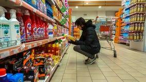 Eskisehir, Turkije - Maart 15, 2017: Jonge vrouw die in supermarkt winkelen royalty-vrije stock foto