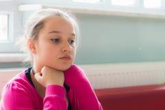 Eskisehir, Turkije - Mei 05, 2017: Bored jong meisje met roze kledingszitting alleen in een klaslokaal Stock Foto