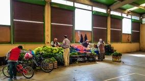 Eskisehir, Turkije - Mei 25, 2017: Verschillende soorten groenten en vruchten op verkoop in traditionele Turkse bazaar in Eskiseh stock foto