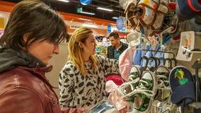Eskisehir, Turquía - 8 de abril de 2017: Compradores que buscan productos del bebé en tienda de la tienda del bebé en Eskisehir Imágenes de archivo libres de regalías