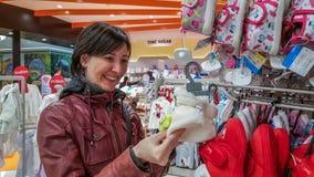 Eskisehir, Turquía - 8 de abril de 2017: Compras femeninas jovenes felices del cliente en tienda de la tienda del bebé en Eskiseh Fotos de archivo libres de regalías