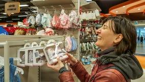 Eskisehir, Turquía - 8 de abril de 2017: Compras femeninas jovenes felices del cliente en tienda de la tienda del bebé en Eskiseh Imagen de archivo libre de regalías