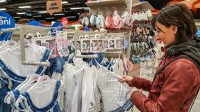 Eskisehir, Turquía - 8 de abril de 2017: Compras femeninas jovenes felices del cliente en tienda de la tienda del bebé en Eskiseh Imagenes de archivo
