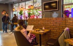 Eskisehir, Turquía - 15 de abril de 2017: Gente que se sienta en una tienda del café Foto de archivo libre de regalías