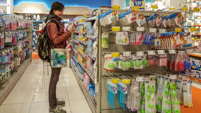 Eskisehir, Turquía - 8 de abril de 2017: La mujer joven en bebé suministra la sección en un supermercado en Eskisehir, Turquía fotos de archivo