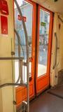 Eskisehir, Turquía - 1 de abril de 2017: Puerta de la tranvía con las ventanas grandes Foto de archivo