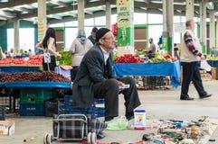 Eskisehir, Turquía - 15 de junio de 2017: Gente en el bazar turco típico tradicional del ultramarinos en Eskisehir, Turquía Foto de archivo
